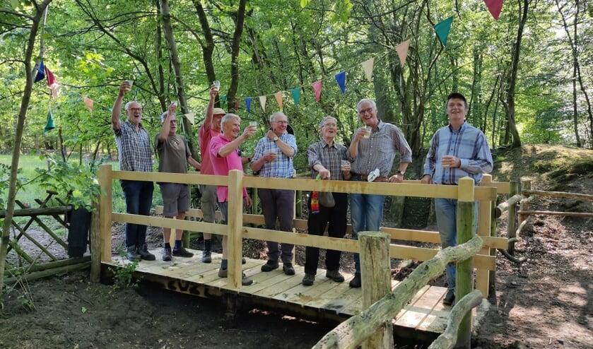 <p>De volledige groep IVN vrijwilligers, tevens makers van de brug.</p>
