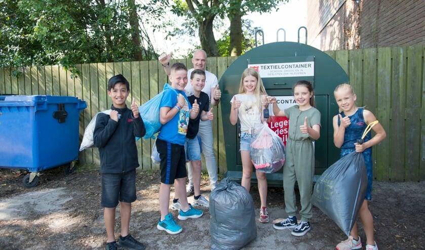 <p>De kinderen komen nu met zakken vol kleding aan. Foto: PETER LEUNISSEN</p>