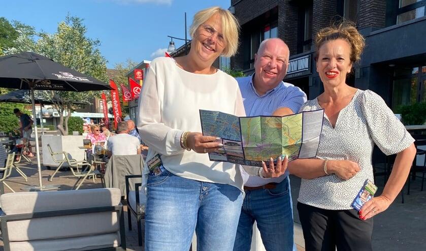 <p>Alice Weltevreden en Inez Hendriks nemen de 'Broekzak' in ontvangst.</p>