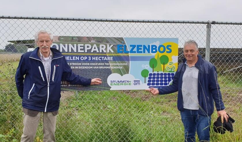 Foto: Jaap Ypma (links) en Guus Koster (rechts) van BrummenEnergie onthullen het informatiebord van Zonnepark Eerbeek.