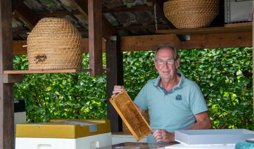 Gert Mulder (74jr) op zijn favoriete plek, tussen zijn bijenkasten. Foto: Marion Verhaaf