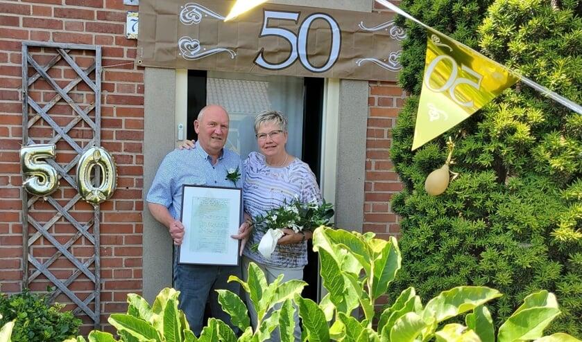 Wim (67jr) en Ria (66jr) bij hun versierde voordeur. Foto: Familie Karman