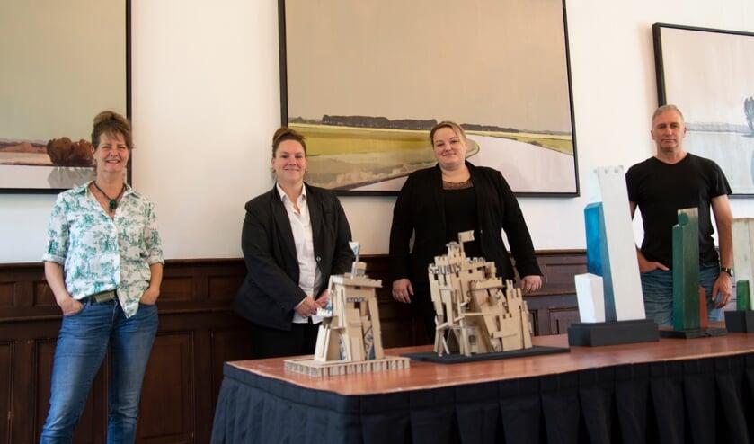 <p>Vlnr: Nono Hoekstra, Moniek Driessen (sales manager Fletcher Hotels) Maaike Hulsebos (hotel manager) en Dolf Dijkstra. De schilderijen op de achtergrond zijn van Hoekstra, de sculturen op de tafel van Dijkstra.</p>