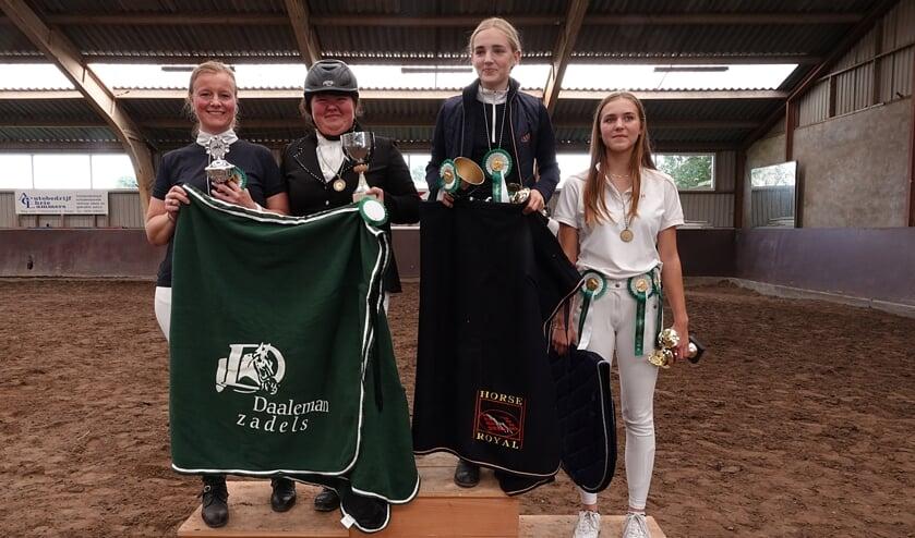 De kampioenen en reserve kampioenen. vlnr: Bianca, Kirsten, Sofie en Meike.