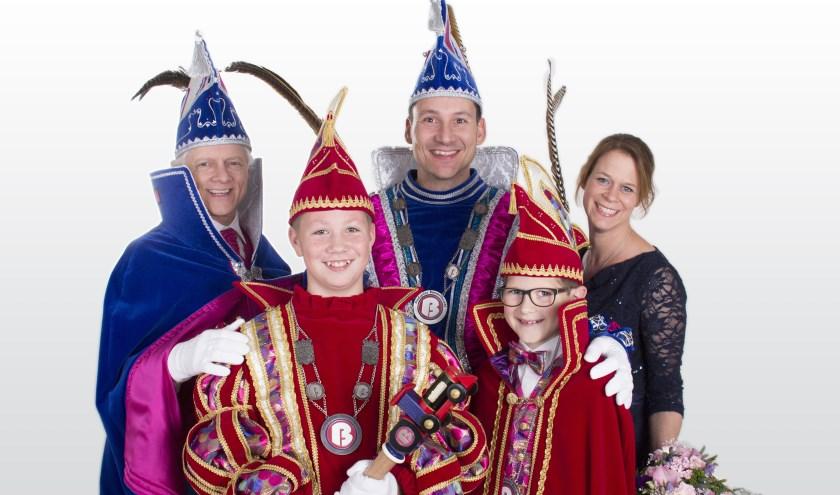 Oud-stadsprins, adjudant, prinses en jeugdprins en zijn adjudant (seizoen 2017-2018). (foto: Emmy Kolkman)