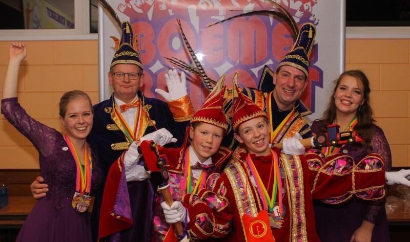 Oud stadsprins, adjudant, prinses en jeugdprins en zijn adjudant (seizoen 2017-2018), jeugdprins en Adjudant, vergezeld door twee hofdames. (foto: Emmy Kolkman)