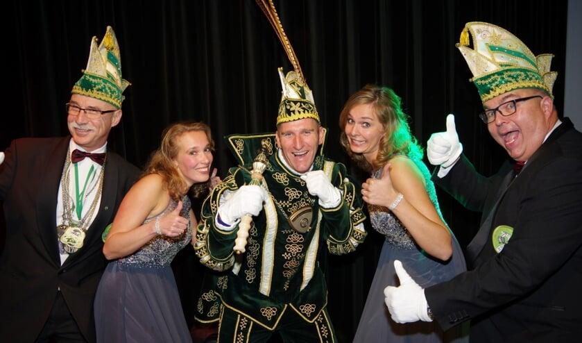 Prins Olaf met Malou en Joyce samen met adjudanten John en Jacky. (foto: Peter Ariese)