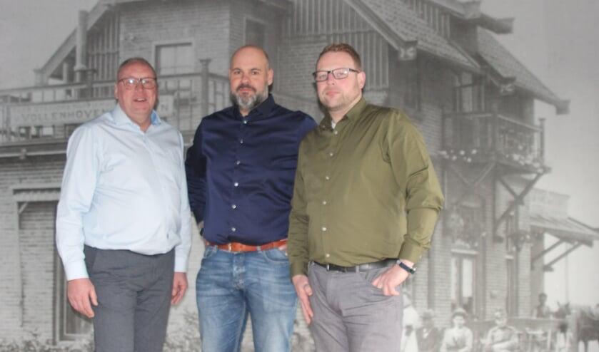 Foto: Paul van Damme, Bastiaan van Brussel en André van Rijn voor de wand met een foto van het pand uit 1921.