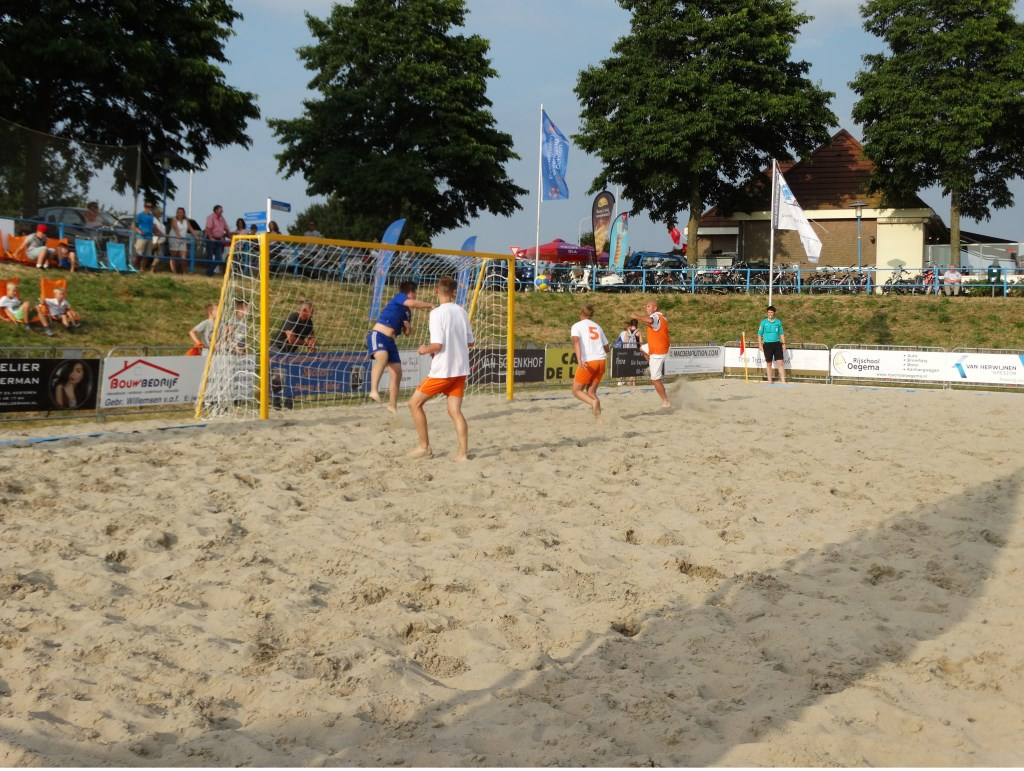 beachvoetballers in actie.  © Hét Gemeentenieuws