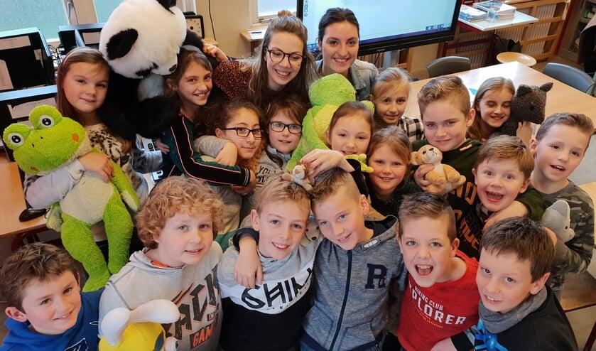 Een groepsknuffel van groep 6-7 van Kindcentrum Op de Horst. (foto: Sonja van Duijnhoven)