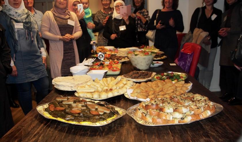Lekker eten tijdens bijeenkomst VML. (foto: Marieke Mom)