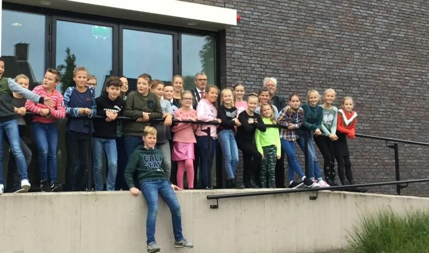 Leerlingen van De Hervormde School Opheusden bij het gemeentehuis. (foto: Gemeente Neder-Betuwe)