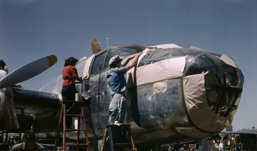 Rosies aan B-25 Kleurenfoto PUBLIC DOMAIN klein