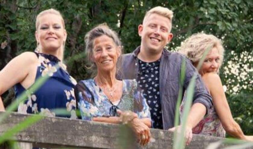 Hetty Arends - Moeder Ingrid, Luc Lentjes - Walter van der Werf, Belinda Geenacker - Roos Visser, Ellen Mulder - Mia Visser. (foto: Joop Stikkers)
