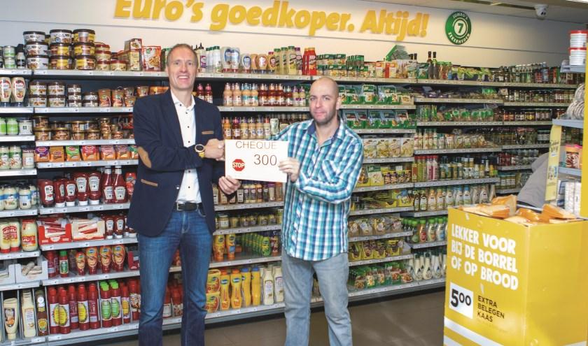 Hans de Leeuw (rechts) neemt de cheque in ontvangst van Chris Gradussen van Jumbo Duiven. (foto: René Nijhuis Fotografie)