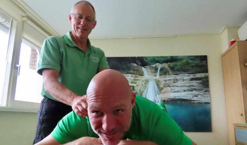 Marcel Aarntzen (liggend) biedt vader Wielie de helpende hand