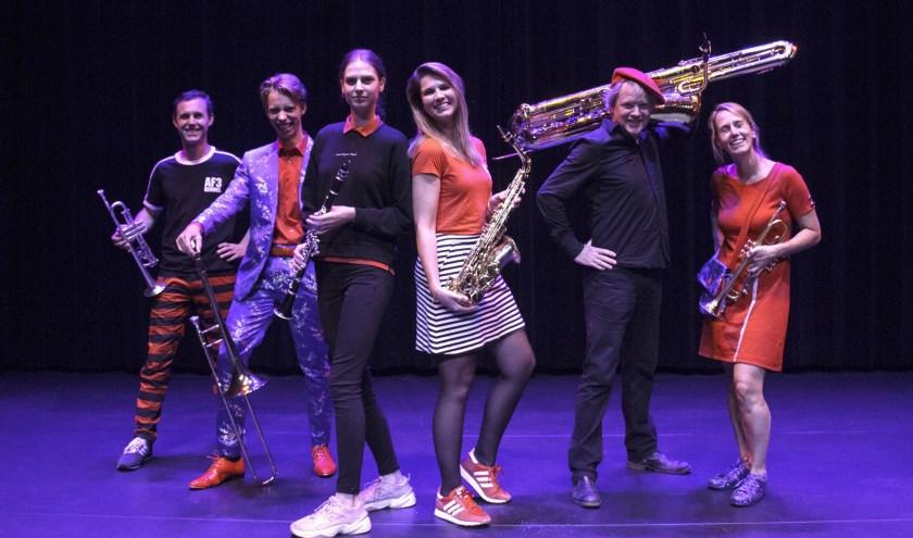 Muzikanten van Alarmfase 3, de RotDweilers en UDI nodigen iedereen van harte uit voor de Top 2000. (foto: Thijmen Peters)