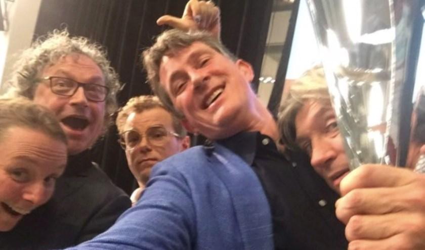 Stadsdichter van Gouda Pieter Stroop v Rhenen samen met de prijswinnaars van vorig jaar waaronder Marjolein Pieks (2e prijs), Wietse Hummel (3 e prijs) en Ruud Broekhuizen (1e prijs).