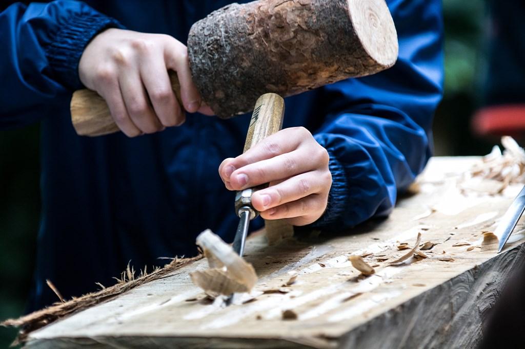 Aan het werk bij beeldhouwer. (foto: Fotoclub Duiven)  © Hét Gemeentenieuws