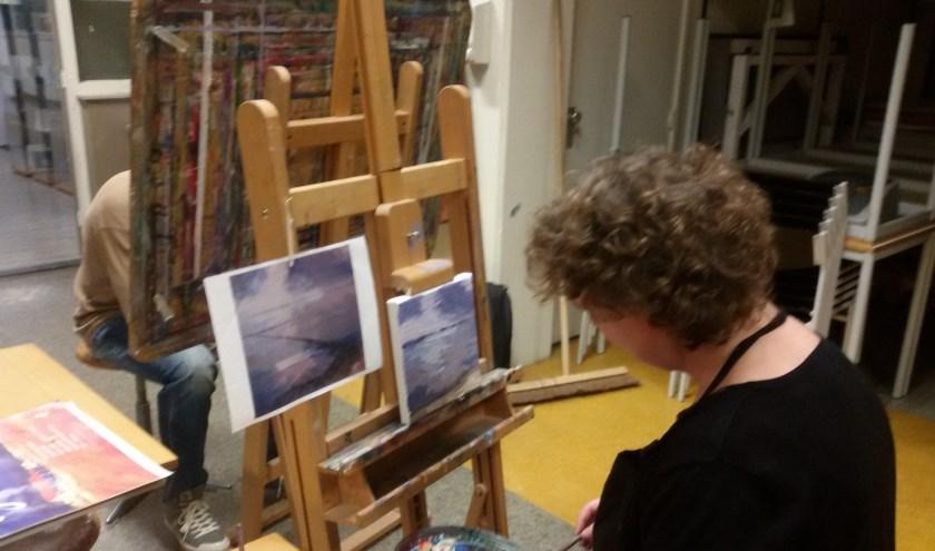 Eeen geconcentreerde deelnemer aan de cursus schilderen. (foto: Bart Elfrink)