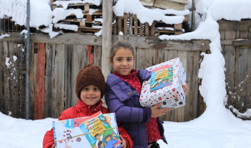 Kinderen met een mooi versierde én goed gevulde schoenendoos.