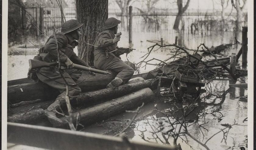 Britse soldaten aan het verdronken front in de Over-Betuwe. (foto: publiek domein)