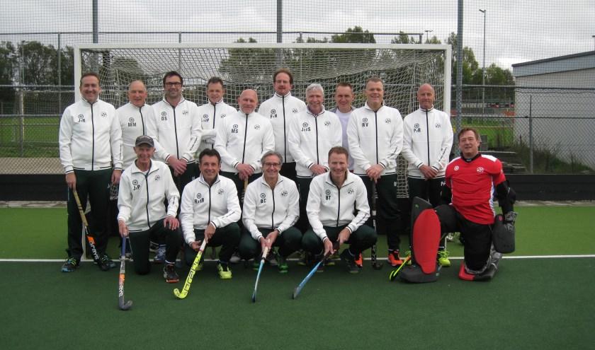 Het veteranen L- team van MHC Bemmel 800. (foto: Tim Pott)
