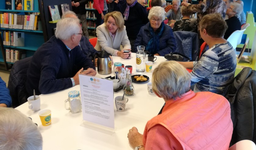 Burgemeester Hoytink-Roibois in gesprek met bezoekers Huiskamer van Elst. (foto: Eddie van Hattum)