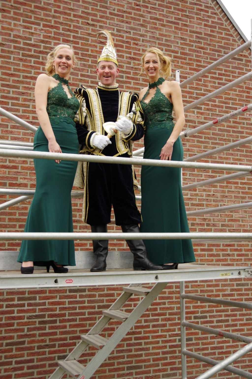 Prins Bas de Feestbouwer met Hofdames Petra en Marieke