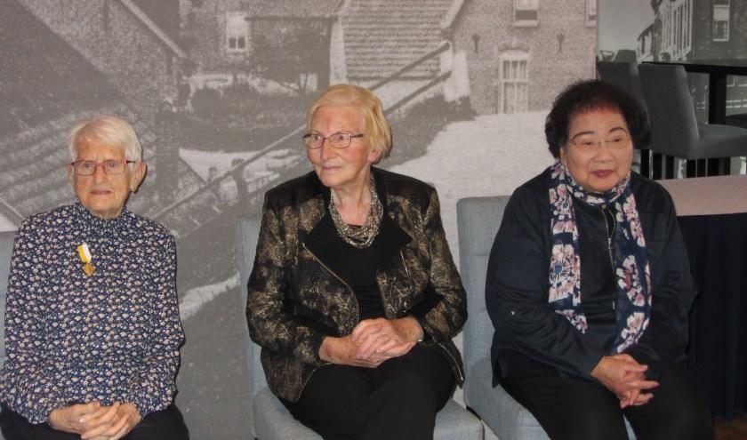 De dames Truus Bekker (40 jaar), Dinie Wienholts (30 jaar) en Yvonne Roosenhoff (12.5 jaar) worden gehuldigd. (foto: Trees Rosmulder)