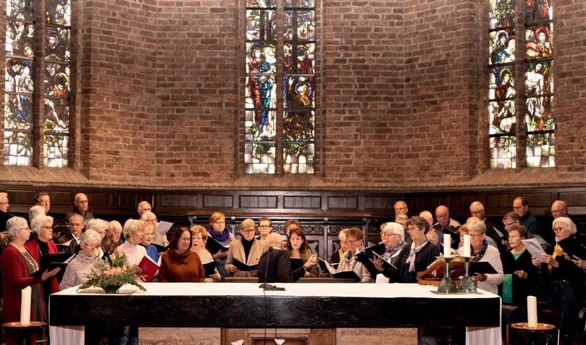 Het koor is druk aan het oefenen voor het Jubileumconcert in de RK kerk in Haalderen. (Foto: MarielleStokkink)