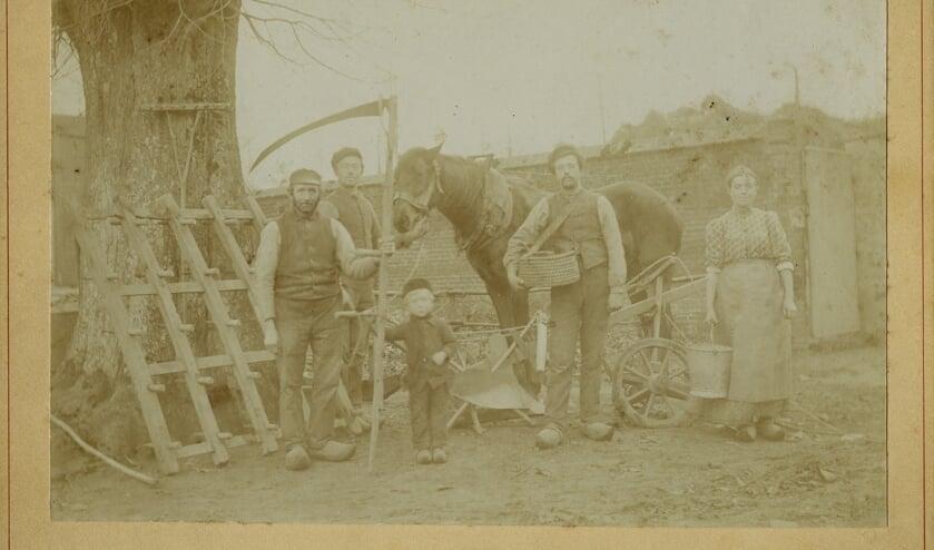 Familie met landbouwwerktuigen. (foto: Regionaal Archief Nijmegen)