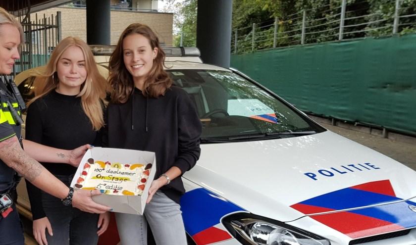 Agente Sharon ontvangt taart van Senna en Jasmijn. (foto: Bernadette Egelmeers)