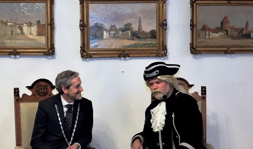 Burgemeester Hans van der Pas in gesprek met burgemeester Johan van Deventer uit 1730. (foto: Jan van de Brink)