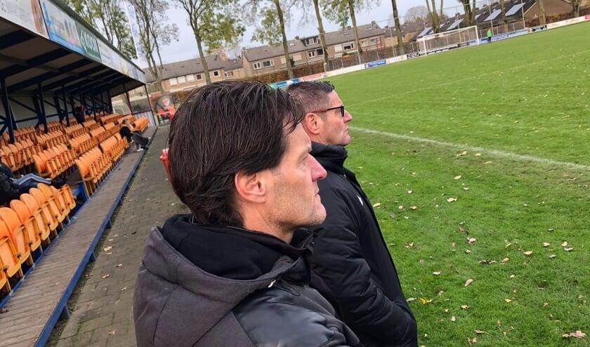 Broers als trainer/coach; Edwin (links) en Manfred van den Broek bij Sv Angeren JO19-1. En het werkt, want het team staat bovenaan in hun klasse.