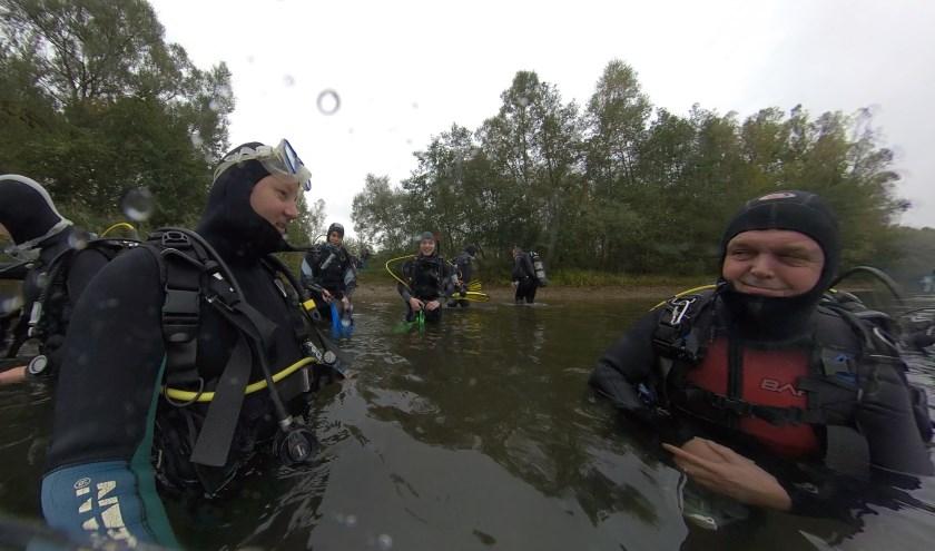 Duikers maken zich gereed voor de laatste buitenduik van het seizoen. (foto: PR duikteam Sub Aqua Libera)