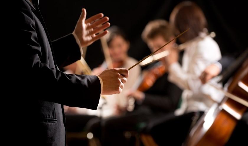 Dirigent Herman Schimmel geeft een kindercollege in Bibliotheek Heteren.