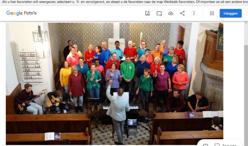 Gospelkoor YES treedt op bij de Evangelische ChristusKirche. (foto: Henk van Loenen)