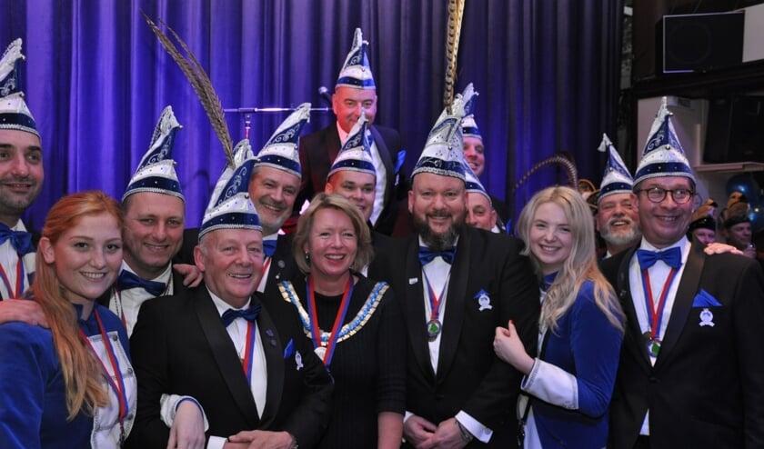 Burgemeester Hoytink Roubos met de Raad van 11 en pages van Zet 'm Op. (foto: Tim Delissen)
