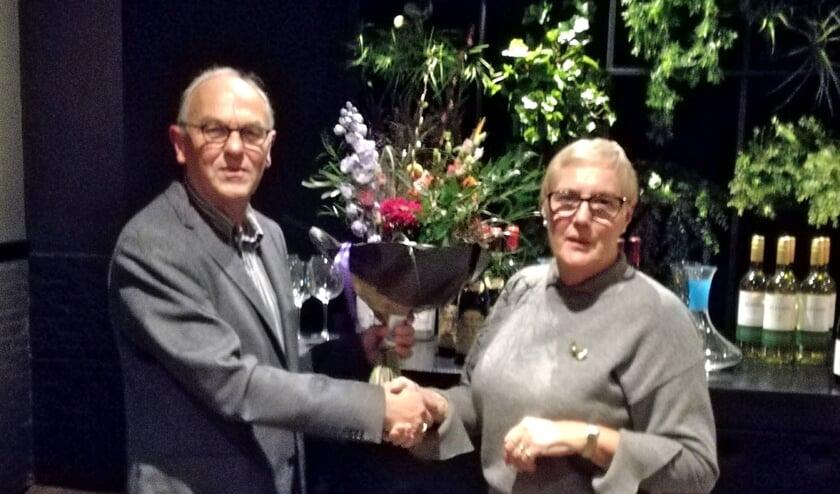 Voorzitter Eddie van Hattum bedankt Joke Paantjens. (foto: Albert Luijpen)