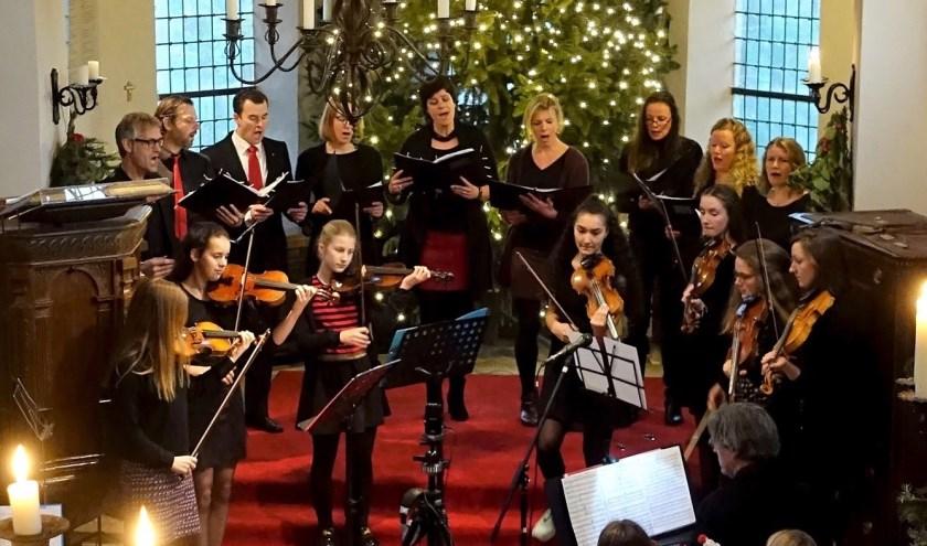 Small Stream & Rush Camp Carolsingers en jonge violisten. (foto: Marijke Dankers Fotografie )