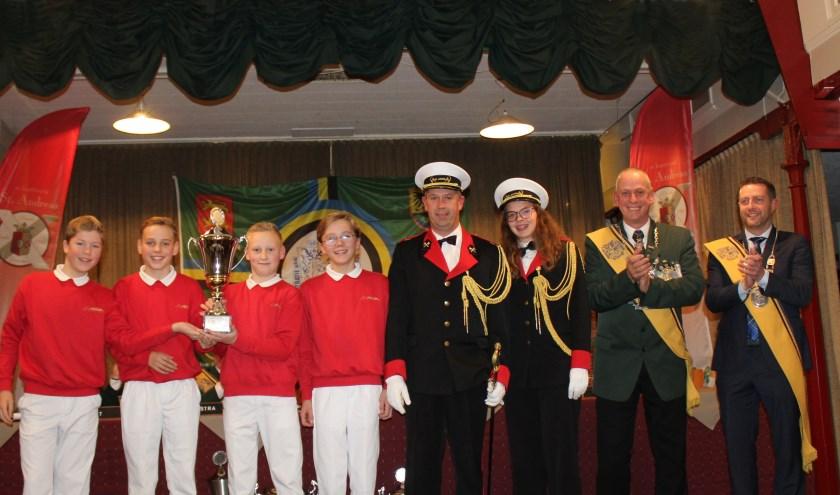 De trotse vendelkampioenen, hun commandanten, voorzitter en koning van de Federatie. (foto: Secretaris Sint-Anna)