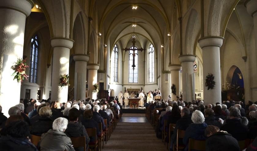 Feestelijke viering in de Andreaskerk Zevenaar. (foto: Parochie Sint-Willibrordus)