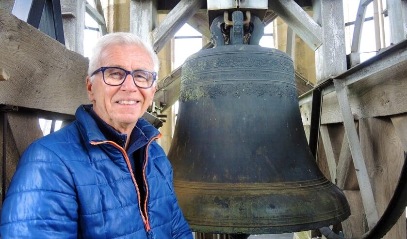 Siem Gerritsen voor de Paulusklok in de Cuneratoren. (foto: Willy Hoorn)