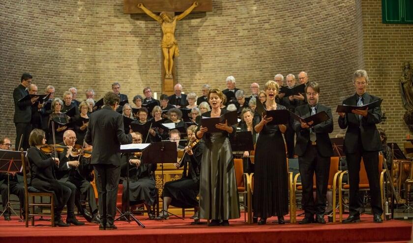 Het Nieuw Betuws Kamerkoor tijdens het Requiemconcert. (foto: Piet van der Horst)