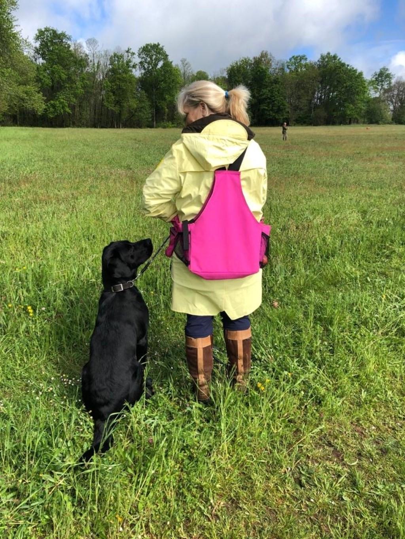 Hier zie je Marion met haar hond Tjibbe