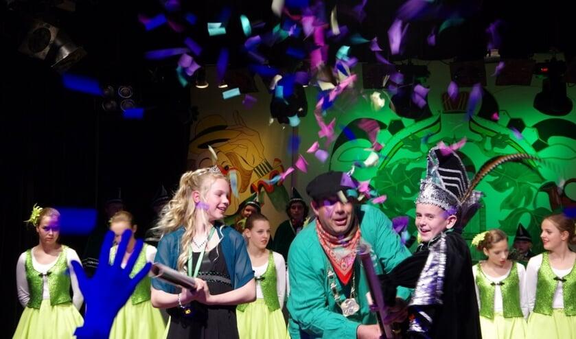 Van links naar rechts: Jeugdprinses Esmee, President Vincent Rietveld en Jeugdprins Jay de Partyknaller. (foto: Peter Ariese)