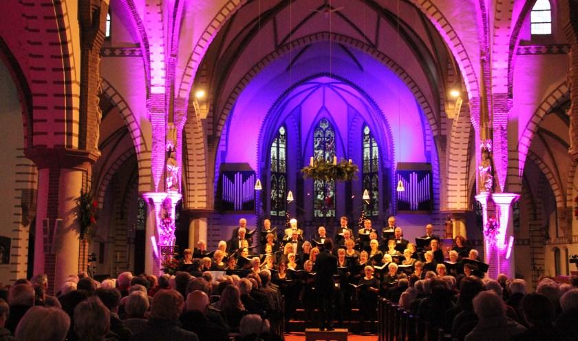 Kerstconcert Vivace in sfeervol verlichte kerk. (foto: Karola Hendriks)