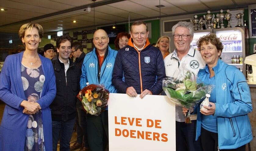 Erna van der Wielen en Matthias Meijer worden door minister Bruins en gedeputeerde Markink in het zonnetje gezet. (foto: Niels Sparnaaij/Foto Mireat)