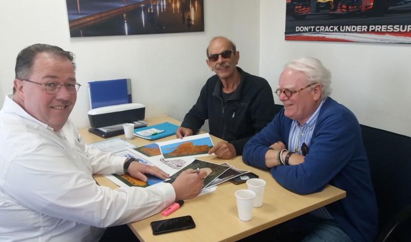 Jacco Verhaaff en leden van het Exoduscomité bestuderen de tekeningen. (foto: BordBusters)